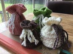 Als je een geschenkbuideltje wilt haken, begin je in het midden van de bodem. Dit is bij alle ronde tasjes, bakjes of buideltjes altijd hetzelfde. Crochet Doilies, Projects To Try, Crochet Patterns, Winter Hats, Barbie, Quilts, Sewing, Knitting, Vintage