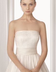 AQUA - Vestido de novia de encaje y organza de seda con body de encaje en color marfil.