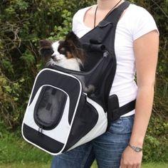 Mageveske.   Praktisk veske til hund å katt.Slitesterk nylon,kan åpnes i toppen og foran.Med bæresele med lomme til mobil telefon.Integrert koppel som forhindrer dyret i å hoppe ut.Bæres enkelt på bryst/mage slik at du har kontakt med dyret under turen.Fin til mindre hunder og katter.   Mål:30x33x26 cm Pris ca. 500 kr.