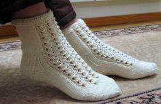 Talvikki-sukat Baby Knitting Patterns, Knitting Stitches, Knitting Socks, Crochet Slippers, Knit Crochet, Free Crochet, Crochet Pattern, Mitten Gloves, Mittens
