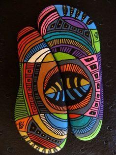 136, A deux, sinon rien, galets peints à l'acrylique dans des tons vifs et…