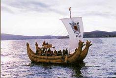 Embarcação dupla de totora.