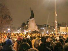 35.000 personnes se sont rassemblées Place de la République, mercredi soir, pour rendre hommage aux 12 victimes tuées dans l'attaque contre le magazine satirique Charlie Hebdo. Des rassemblements ont également été organisés partout en France et dans plusieurs villes du monde entier, souvent à l'initiative de Français vivant à l'étranger.