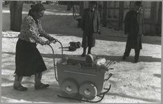 De kinderwagen doet dienst als slee