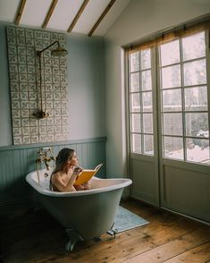 If it's going to blizzard outside, then better to be snowed in whilst staying in a cosy artist's cabin in London (with a tub!) I suppose... ❄️