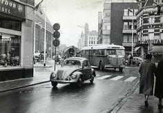 1956. De NBM bus naar Zeist draait de, nog niet verbrede, Lange Jansstraat in vanaf de Neude