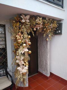 Winter Porch Decorations, Christmas Door Decorations, Christmas Swags, Christmas Mantels, Christmas Crafts, Xmas, Holiday Decor, Arch Trellis, Backdrop Design