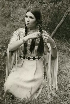 Sacheen Littlefeather, the woman who delivered Marlon Brando's Oscar rejection speech in a time when Wounded Knee occupied in protest. Native American Regalia, Native American Beauty, Native American Photos, Native American History, American Indians, American Girls, Cherokee History, American Dress, American Symbols