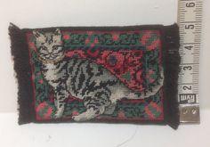 Mini tappeto con gatto ricamato a piccolo punto di MINIRICAMI