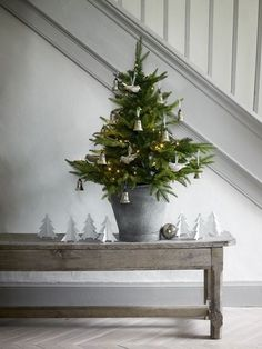 Artificial fir tree as Christmas decoration? A synthetic Christmas Tree or perhaps a real one? Lovers of artificial Christmas decorations , such as Christmas tree or artificial Advent wreath know the Small Christmas Trees, Christmas Tree Design, Natural Christmas, Noel Christmas, Country Christmas, Simple Christmas, All Things Christmas, Winter Christmas, Christmas Hallway