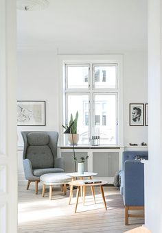 Bright living room with Danish furnitures - Jaime Hayon-armchair 'Ro' from Fritz Hansen has its place. AJ floor lamp from Louis Poulsen, while the flowerpot is from Skagerrak.