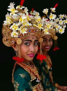 Dancers at the opening of the Bali Arts Festival. By the costume, I would say they are legong dancers but this was captioned tenun (weaving) dance. We Are The World, People Of The World, Folk Dance, Bali Travel, Art Festival, World Cultures, Belle Photo, Headdress, Beautiful People