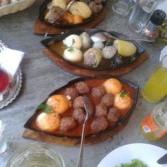 Nanina kuhinja. Odlicna bosanska hrana. Sarajevski sahan, musaka, kolacici, klepe .... baklava sa suhim sljivama. Nesvakidasnja i odlicna.