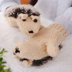 Deze warme wanten met de vorm van een egel zijn superzacht en ideaal om de koude winterdag te trotseren in stijl. Verkrijgbaar in 1 maat: niet voor grote handen.