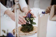 Kleiner Einblick hinter die Kulissen von einer unserer Hochzeiten. Tischdekoration aus Moos auf Holz mit frischen Blumen, direkt vor Ort gesteckt, um eine unberührte schöne Optik zu gewährleisten.🌿🌹 [#Werbung wegen Verlinkung] Location: Lilienthalhaus Braunschweig Fotografie: Leevke Draack . . . #hochzeit #hochzeitsdekoration #hochzeitsausstattungbraunschweig #hochzeitbraunschweig #braunschweig #hochzeit2021 #hochzeitslocationbraunschweig #heiratenbraunschweig Home Decor, Backdrops, Getting Married, Celebration, Rustic, Advertising, Flowers, Decoration Home, Room Decor