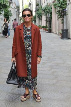 Van Chanel tot COS, dit is street style in Milaan Chanel Tote, Advanced Style, Duster Coat, Kimono Top, Dressing, Street Style, Stylish, How To Wear, Jackets