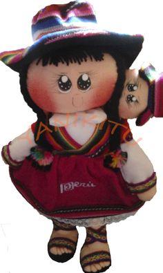 """Peruvian Handicrafts Yanikitu,presenta las """"Cholitas Peruanas Yanikitu"""", son elaboradas minuciosamente a mano, utilizamos para su elaboracion telares y cintas incaicas. Ademas lleva consigo en su espaldar a su pequeño bebe """"wua wua"""".Con un bordado de la """"Marca Peru"""" en la falda. Medida 43cmt de alto x 25cmt de ancho."""