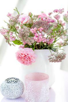 Sommerstrauß - wilde Möhre, Schneebeere und Rosen