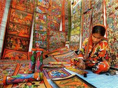 The vibrant colours of Patachitra magnificently represent the wonders of timeless tradition! #artisansofindia #immortalart #Amohtravels #heritage #Amohexplore #culture  Photo Courtesy: Sandipani Chattopadhyay  Repost @natgeotravellerindia