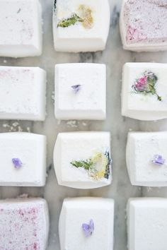 Making your own bath fizzes ensures that you can create a natural, non-toxic bath fizz, choosing your own essential oil and added embellishments like dried flowers. So Jessie of Hiccup Baby Love, who makes and sells these bath-time delights on Etsy shared Homemade Beauty, Homemade Gifts, Diy Beauty, Beauty Tips, Beauty Care, Beauty Hacks, Diy Masque, Bath Bomb Recipes, Bath Fizzies