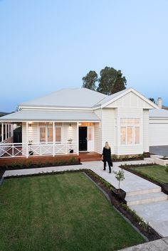 Home Renovation Exterior Feature Friday: Phil Hamptons Style Homes, Hamptons House, Exterior House Colors, Exterior Design, Bungalow Exterior, Weatherboard House, Queenslander, Welding Table, Facade House