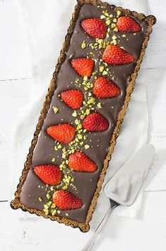 chocolate strawberry cake without baking in the oven Sweet Desserts, Sweet Recipes, Delicious Desserts, Cake Recipes, Dessert Recipes, Yummy Food, Food Cakes, Cupcake Cakes, Cupcakes
