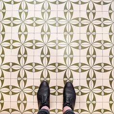 75003 - Rue Vieille du Temple #parisianfloors#ihavethisthingwithfloors#ihavethisthingwithparisianfloors#selfeet#fromwhereistand#design#pattern#interiordesign#architecture#tiles#floors#carrelage#mosaic#paris#shoes#hudsonshoes#marais