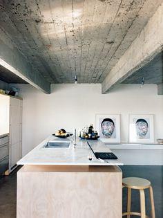 Multiplex keuken met zwevend marmeren blad. Via Dwell.