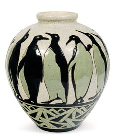 Rarissime vase à décor polychrome de quinze pingouins dans différentes