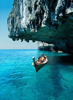 Passeio de barco nas águas cristalinas de Santorini, na Grécia.
