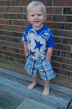 EASY of July shirts for the kids! She used colored shirts, waxed paper, BLEACH, water guns and a spray bottle. Diy Tie Dye Shirts, Bleach Shirts, Fourth Of July Shirts, Patriotic Shirts, Patriotic Party, Favorite Holiday, Holiday Fun, Holiday Ideas, Holiday Decor