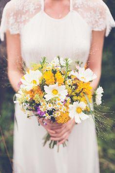 Brautstrauß in Gelb und Weiß mit Kamillenblüten bei www.weddingstyle.de | Foto: hilo and ginger photography