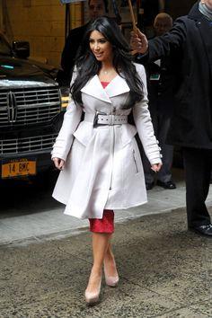 No matter how much we love to hate Kim Kardashian. you can't deny she's gorgeous! Kim Kardashian, Kardashian Fashion, Kanye West, Glitter Fashion, Glamour, Fashion Lookbook, Mantel, Street Style, Shirt Dress