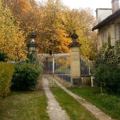 Sur mon chemin #drome #dromejetaime #autumn #oldentry #leavesfall #frenchpatrimony #oldhouse
