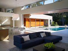 Moderna residencia en forma de U construido alrededor de un patio central