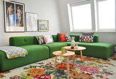 Groene hoekbank met witte rozenkelim - bekijk en koop de producten van dit beeld op shopinstijl.nl
