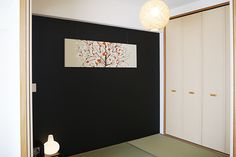 和室に黒を取り入れると、とてもかっこいい雰囲気が出せます。 DIYペイントで壁を黒に塗りかえるだけでもシックなリビングに良く似合う和室空間に。