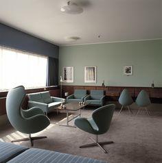 Intérieur de la fameuse chambre 606 de l'Hôtel SAS à Copenhague montant L'œuf (1958), le Cygne (1958), la Drop (1958) Chair, ainsi que la série 3300 (1956)