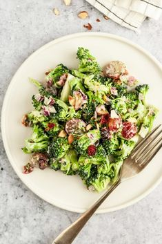 The creamiest, most delicious vegan broccoli salad with grapes, onion, almonds, and cranberries–the perfect potluck dish! You'd never guess it was completely vegan and gluten-free. Beef Recipes For Dinner, Raw Food Recipes, Veggie Recipes, Salad Recipes, Healthy Recipes, Veggie Meals, Vegan Food, Cooking Recipes, Vegan Broccoli Salad