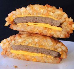 O Burger Bomb: um mistura de batatas fritas e queijo faz com que elas fiquem grudadas em formato de pão (Foto: Reprodução / The Vulgar Chef)