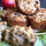 À l'automne, les marchés débordent de pommes bien mûres et croquantes. Comme elles contiennent beaucoup de fibres, les pommes constituent une collation bonne pour le cœur. Vous pouvez aussi les incorporer à vos petits plats cuisinés. Ces muffins aux pommes contiennent de l'avoine et de la farine de blé entier, un choix santé lorsque l'on pense à son cholestérol.  12 muffins Ingrédients  ¾ de tasse (175 ml) de farine tout usage   ¾ de tasse (175 ml) de farine de blé entier   ½ tass…