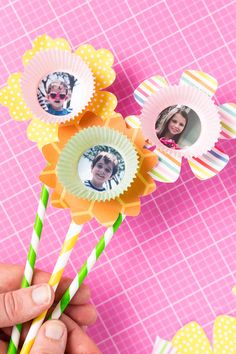 Tutorial: how to make a paper flower bouquet - finished paper flowers Looking for a fun kids craft that will tug at your heartstrings but not at your wallet? This paper flower bouquet is a fun project you can do together that anyone would love to receive! Paper Flowers For Kids, Paper Flower Wreaths, Giant Paper Flowers, Flower Crafts, Mothers Day Crafts For Kids, Diy Mothers Day Gifts, Paper Crafts For Kids, Easy Crafts For Kids, Tape Crafts
