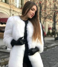 Heels, Boots & Gloves — Double tap & tag someone who loves gloves 💜. Gloves Fashion, Fur Fashion, Look Fashion, Womens Fashion, Elegantes Outfit, Black Leather Gloves, Long Gloves, Mode Hijab, Pretty Outfits