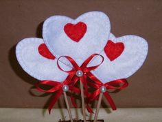 Coração de feltro no palito. 10cm x 8cm. Forro interno de acrilon.  Felt heart on a stick.
