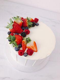 Ideas for fruit cake decorating ideas sweets Strawberry Cake Decorations, Fruit Cupcakes, Cake Decorated With Fruit, Bolo Moana, Fruit Birthday Cake, Fresh Fruit Cake, Fruit Shop, Blueberry Cake, Strawberry Blueberry