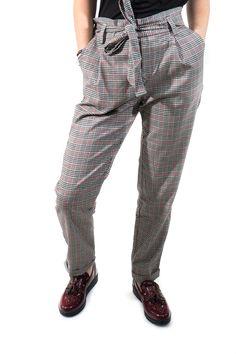 ¡El clásico pantalón de sastre! Con sus pinzas, vuelta en el bajo, bolsillos y cinturilla elástica lazada. Un clásico nunca viene mal, ¿no?