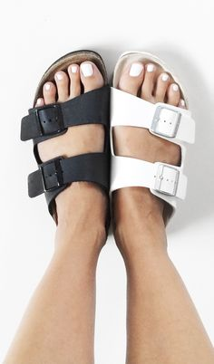 27 Super Ideas How To Wear Birkenstock Sandals Summer Minimal Classic Women's Shoes, Sock Shoes, Cute Shoes, Me Too Shoes, Shoe Boots, Comfy Shoes, Over Boots, Birkenstock Sandals, White Birkenstock
