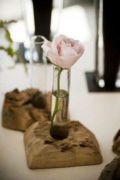 rose in einer kleinen vase - treibholz auflage für vasen - Wunderbare Treibholz Deko, die auch praktisch sein kann – 45 verblüffende Ideen