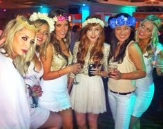 Sophisticated, classy hen party inspiration from stylish ladies in Cork. A cream, gold & sparkle hen do theme with flower crowns, hen night chic at it's best. Boho Hen Party, Classy Hen Party, Hens Party Themes, Stylish Themes, Hen Party Bags, Divorce Party, Bachlorette Party, Baby Shower Party Supplies, Hens Night