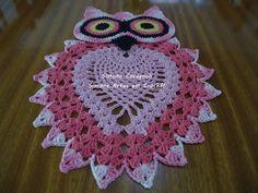 Corujinha Rosa Medidas: 48x34 cm. Encomendas aqui: https://www.facebook.com/pages/Simone-artes-em-croche/183602518512933?ref=br_rs